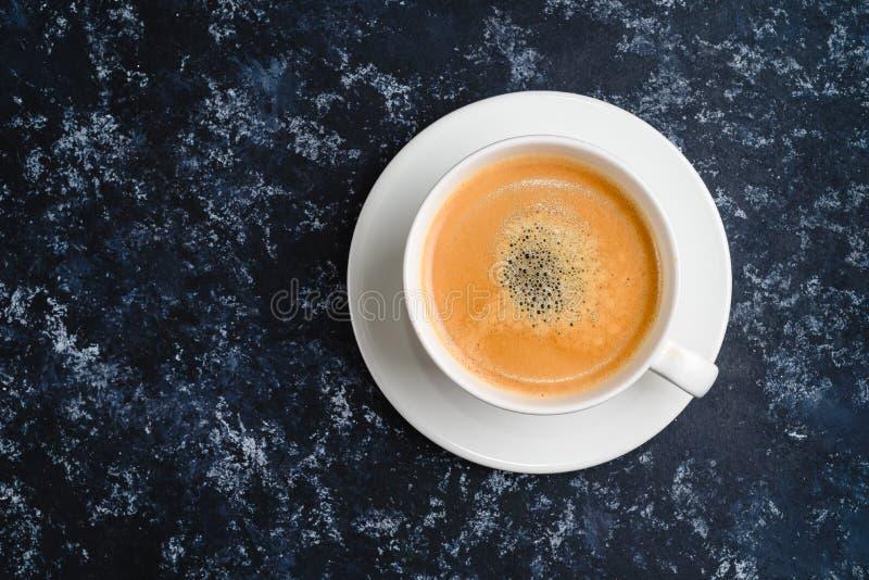 Άσπρο φλιτζάνι του καφέ στο Μαύρο Τοπ άποψη, φλυτζάνι στον ξύλινο πίνακα, σπάσιμο ή πρόγευμα στοκ φωτογραφία με δικαίωμα ελεύθερης χρήσης