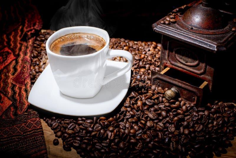 Άσπρο φλυτζάνι του βρασίματος στον ατμό του καφέ στοκ εικόνα με δικαίωμα ελεύθερης χρήσης