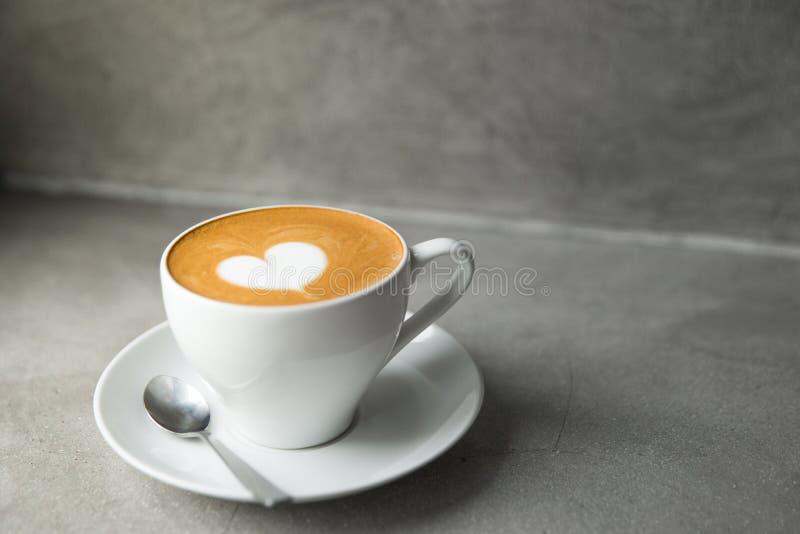 Άσπρο φλυτζάνι του νόστιμου cappuccino με την τέχνη αγάπης latte στοκ φωτογραφία με δικαίωμα ελεύθερης χρήσης
