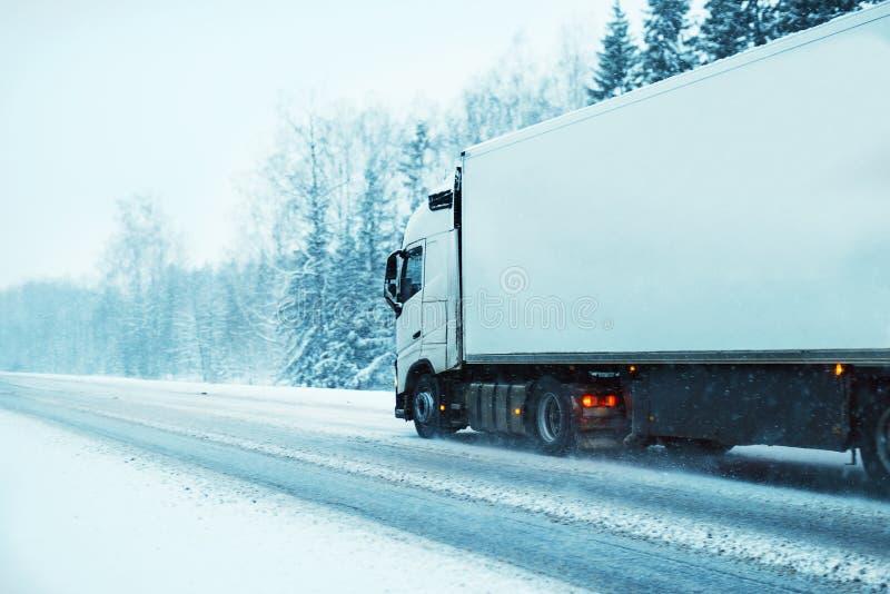 Άσπρο φορτηγό μέσω του άσπρου χιονιού στοκ φωτογραφία