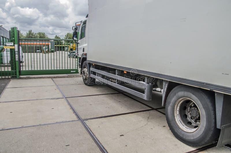 Άσπρο φορτηγό μπροστά από έναν φράκτη στοκ φωτογραφία με δικαίωμα ελεύθερης χρήσης