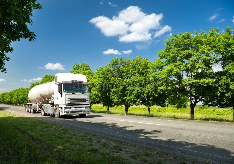 Άσπρο φορτηγό στο θερινό δρόμο στοκ εικόνα με δικαίωμα ελεύθερης χρήσης
