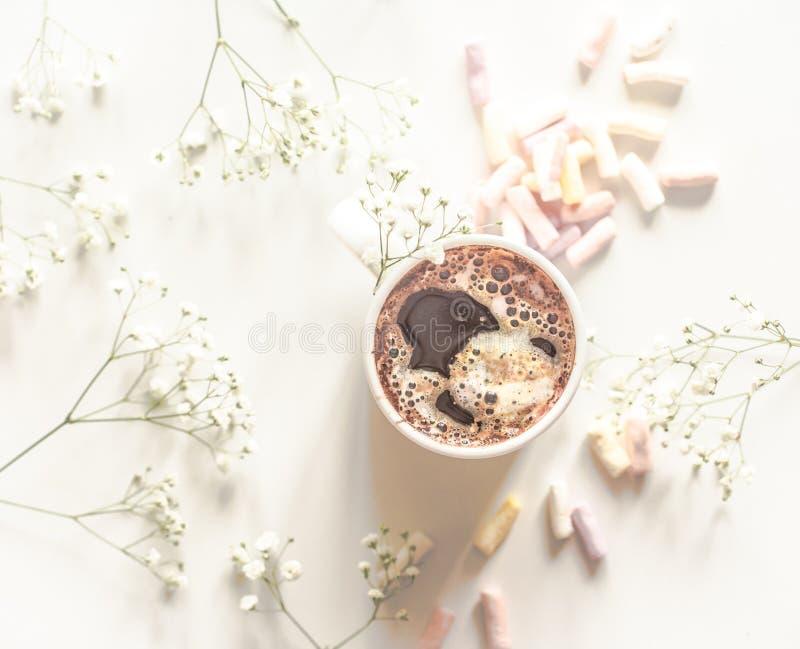 Άσπρο φλυτζάνι καφέ με ζωηρόχρωμα marshmallows η άποψη από την κορυφή διανυσματική απεικόνιση
