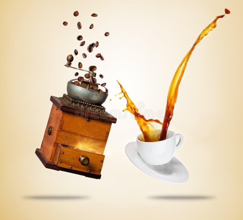 Άσπρο φλυτζάνι Porcelaine με το ράντισμα του καφέ και του μύλου, που χωρίζονται στο καφετί υπόβαθρο στοκ φωτογραφία