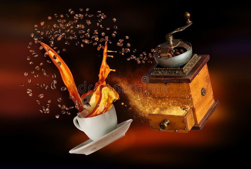Άσπρο φλυτζάνι Porcelaine με το ράντισμα του καφέ και του μύλου στο αφηρημένο σκοτεινό υπόβαθρο θαμπάδων στοκ εικόνες