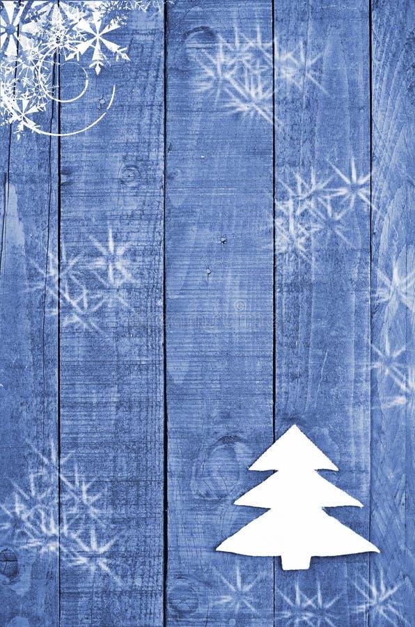 Άσπρο χριστουγεννιάτικο δέντρο που γίνεται από αισθητός στο ξύλινο, μπλε υπόβαθρο Εικόνα χιονιού flaks Διακόσμηση χριστουγεννιάτι στοκ φωτογραφίες με δικαίωμα ελεύθερης χρήσης