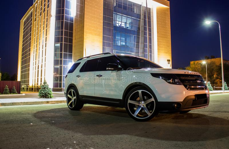 Άσπρο χρώμα εξερευνητών της Ford τη νύχτα στοκ φωτογραφία με δικαίωμα ελεύθερης χρήσης