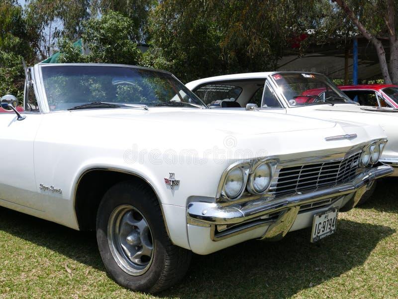 Άσπρο χρώμα μετατρέψιμο Chevrlet Impala στη Λίμα στοκ εικόνα