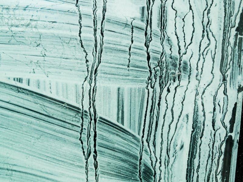 Άσπρο χρώμα που βουρτσίζεται σε ένα πράσινο πλακάκι στοκ εικόνα