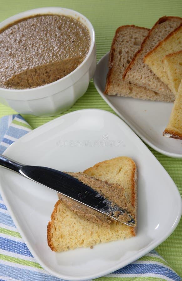 Άσπρο ψωμί το πατέ που διαδίδεται με στοκ φωτογραφία