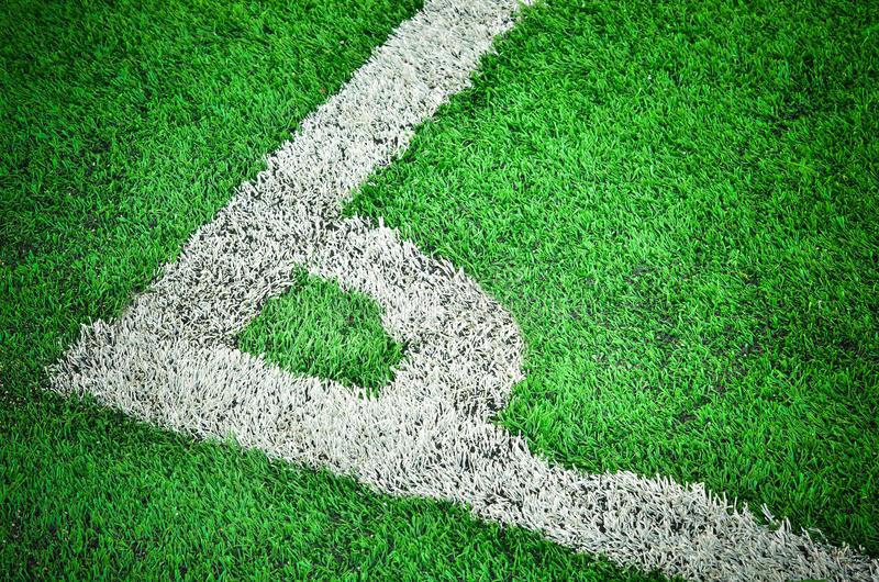 Άσπρο λωρίδα στον πράσινο τομέα στοκ φωτογραφία με δικαίωμα ελεύθερης χρήσης