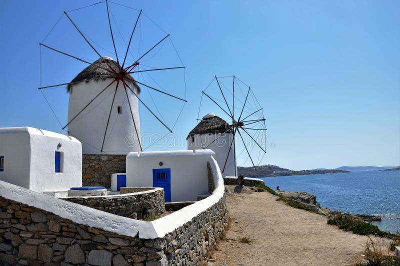 Άσπρο cycladic windwill σε μια ηλιόλουστη ημέρα στοκ φωτογραφίες με δικαίωμα ελεύθερης χρήσης