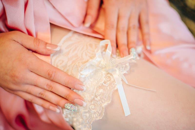 Άσπρο garter στο πόδι της νύφης στοκ εικόνα