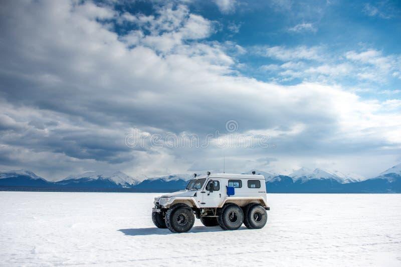 Άσπρο Trecol 39294 ανώμαλο όχημα στη λίμνη Baikal στοκ εικόνα
