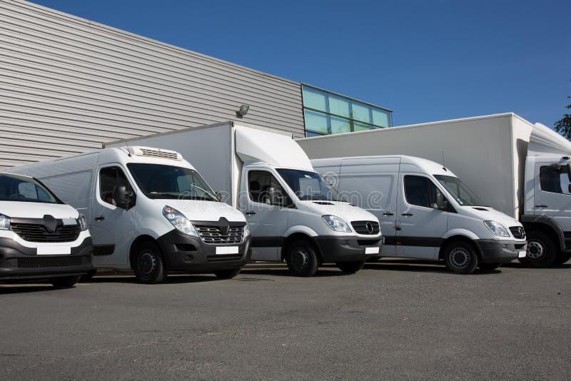 Άσπρο van transportation πάρκο φορτηγών στοκ φωτογραφία με δικαίωμα ελεύθερης χρήσης