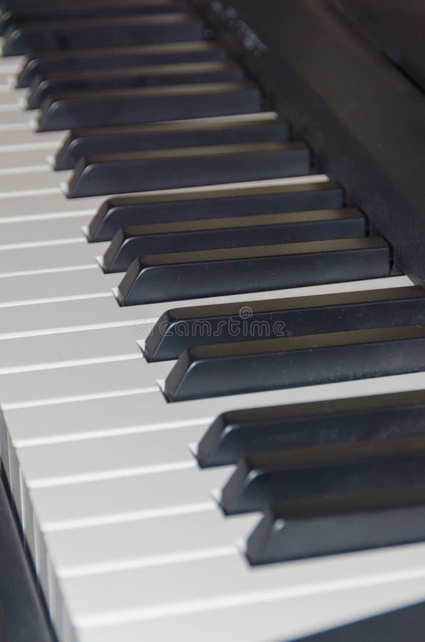 Άσπρων και μαύρων πιάνων κλειδιά κινηματογραφήσεων σε πρώτο πλάνο, στοκ φωτογραφία με δικαίωμα ελεύθερης χρήσης