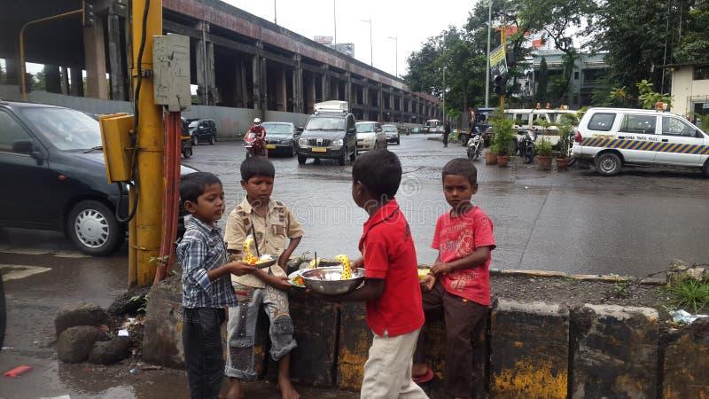 Άστεγα παιδιά που ζουν στους δρόμους που δεν κάνουν τίποτα σε Mumbai στοκ φωτογραφίες με δικαίωμα ελεύθερης χρήσης