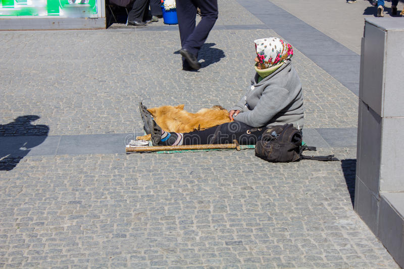 Άστεγη γυναίκα που ικετεύει στην οδό στοκ φωτογραφία με δικαίωμα ελεύθερης χρήσης