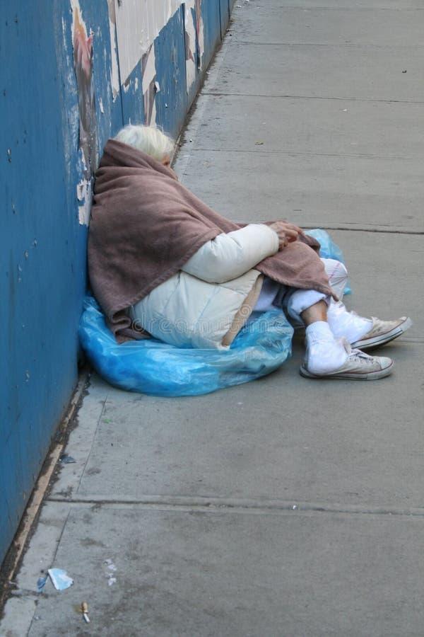 Άστεγη γυναίκα στις οδούς NYC στοκ εικόνες