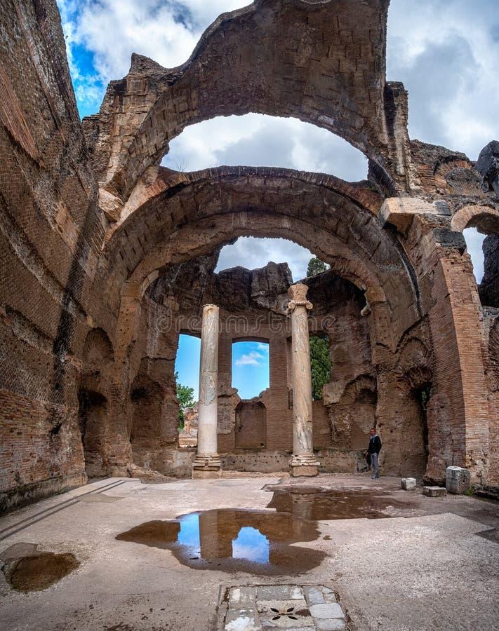Άστεγος ρωμαϊκός ναός της Adriana βιλών Tivoli κανένα ανώτατο όριο μεγάλου Thermae ή Grandi Terme στη βίλα Hadrians στη Ρώμη Λάτσ στοκ εικόνα με δικαίωμα ελεύθερης χρήσης
