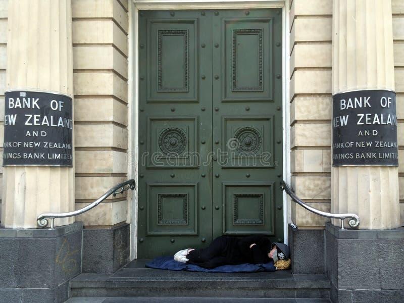 Άστεγος ύπνος κάτω από την πόρτα της τράπεζας της Νέας Ζηλανδίας στοκ φωτογραφία