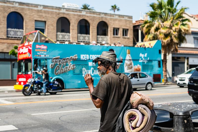 Άστεγο άτομο και κυκλοφοριακή συμφόρηση, λεωφόρος ηλιοβασιλέματος, Λος Άντζελες στοκ εικόνες