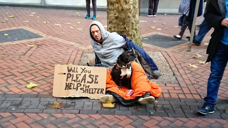 Άστεγο άτομο και το σκυλί του στοκ φωτογραφία