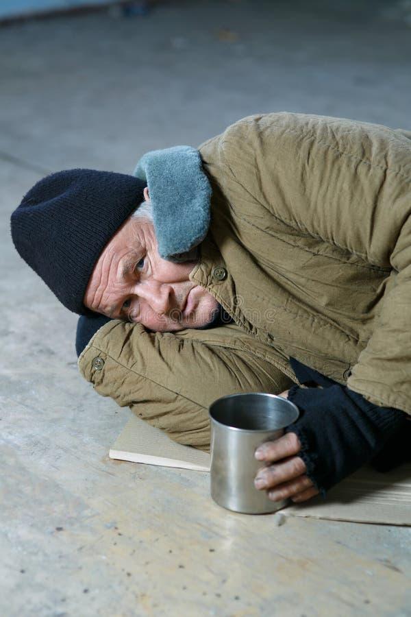 Άστεγο άτομο που βρίσκεται στο πάτωμα στοκ φωτογραφία με δικαίωμα ελεύθερης χρήσης