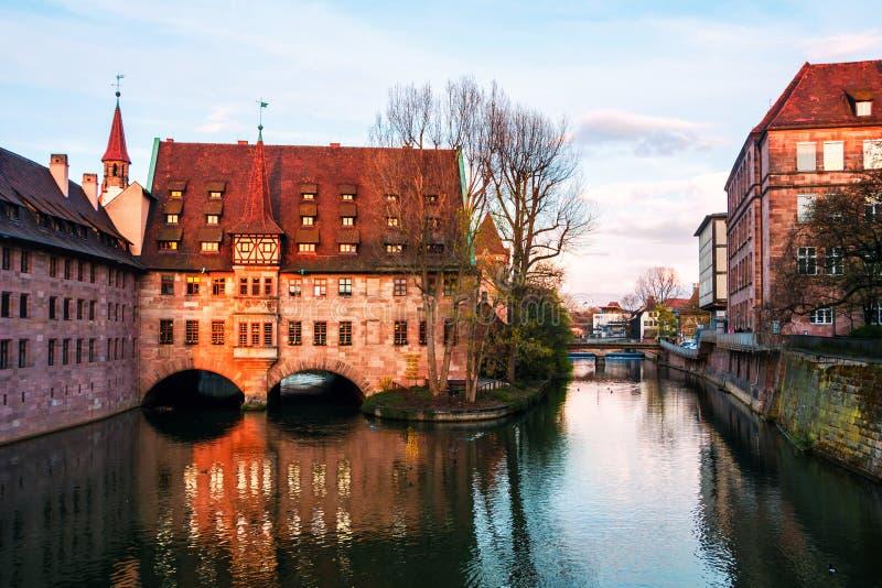 Άσυλο του ιερού πνεύματος - παλαιά αρχιτεκτονική στη διάσημη τουριστική πόλη Νυρεμβέργη, Γερμανία στοκ εικόνα