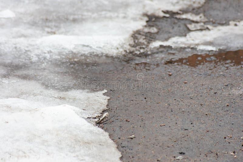 Άσφαλτος που καλύπτεται με το βρώμικο χιόνι στοκ φωτογραφία με δικαίωμα ελεύθερης χρήσης