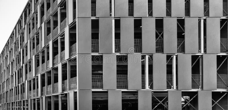 Άσχημος γκρίζος multi-storey υπαίθριος σταθμός αυτοκινήτων για τον ασφαλή χώρο στάθμευσης και το χώρο στάθμευσης των οχημάτων μπρ στοκ εικόνα