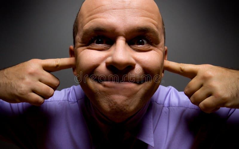 Άσχημο επιχειρησιακό άτομο που κρατά τα αυτιά του κλειστά στοκ εικόνες με δικαίωμα ελεύθερης χρήσης