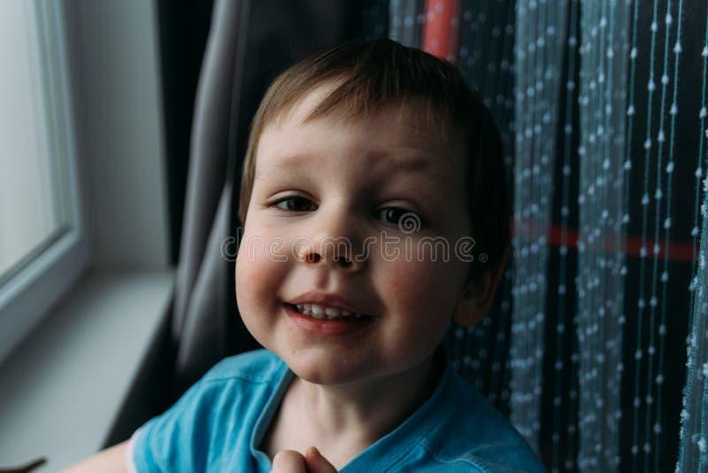 Άτακτο αγόρι που χαμογελά στη κάμερα, πορτρέτο ενός παιδιού στοκ εικόνα