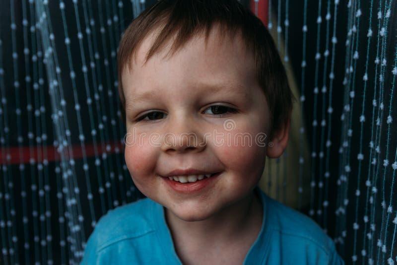 Άτακτο αγόρι που χαμογελά στη κάμερα, πορτρέτο ενός παιδιού στοκ εικόνες