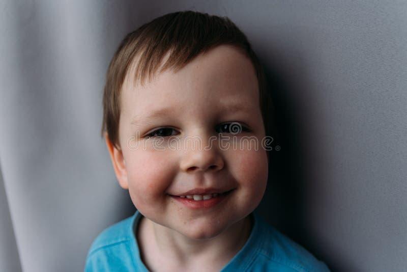 Άτακτο αγόρι που χαμογελά στη κάμερα, πορτρέτο ενός παιδιού στοκ φωτογραφία με δικαίωμα ελεύθερης χρήσης