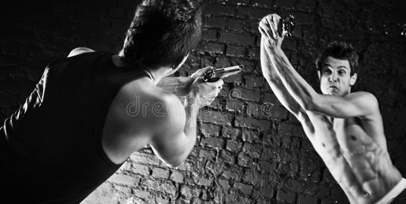 Άτομα με την πάλη πυροβόλων όπλων στοκ φωτογραφία με δικαίωμα ελεύθερης χρήσης