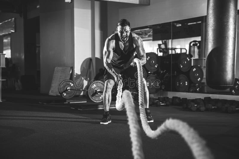 Άτομα με το σχοινί στη λειτουργική γυμναστική κατάρτισης στοκ εικόνες