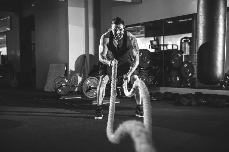 Άτομα με το σχοινί στη λειτουργική γυμναστική κατάρτισης στοκ εικόνα