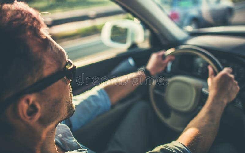 Άτομα πίσω από το τιμόνι στοκ φωτογραφία
