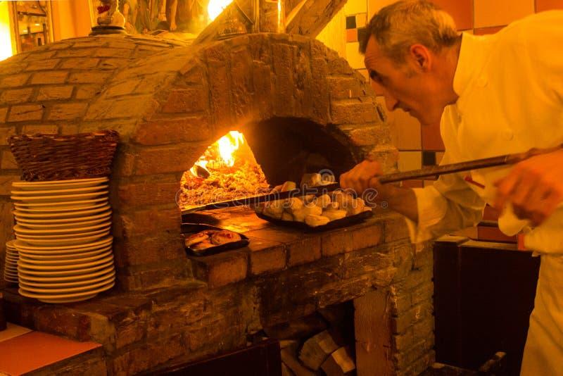 Άτομα πιτσών στα ιταλικά εστιατόριο στις Βρυξέλλες, Βέλγιο στοκ φωτογραφία με δικαίωμα ελεύθερης χρήσης