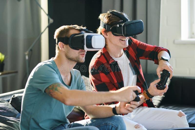 Άτομα που δοκιμάζουν την εικονική πραγματικότητα στοκ φωτογραφία με δικαίωμα ελεύθερης χρήσης