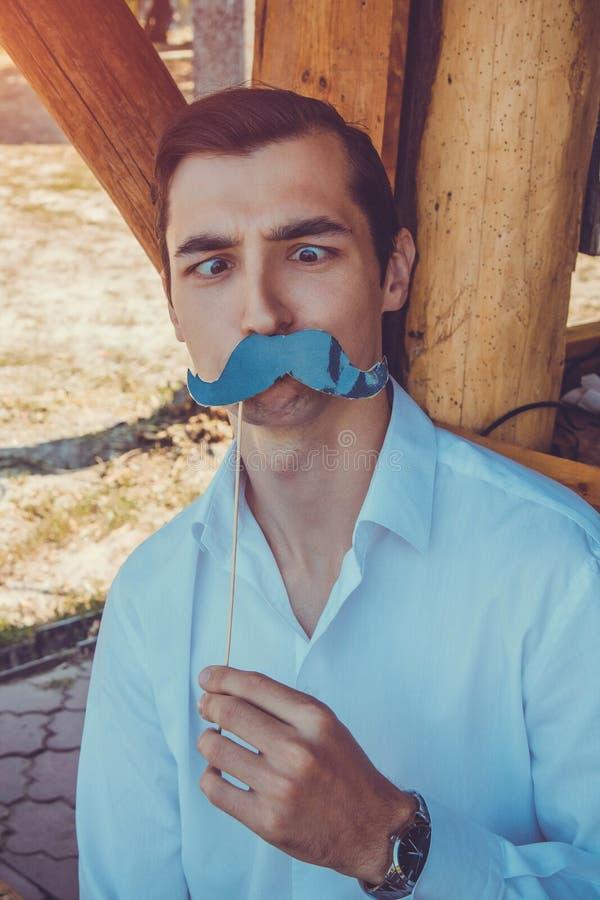 Άτομα που θέτουν χρησιμοποιώντας τα στηρίγματα θαλάμων φωτογραφιών Movember στοκ εικόνες με δικαίωμα ελεύθερης χρήσης
