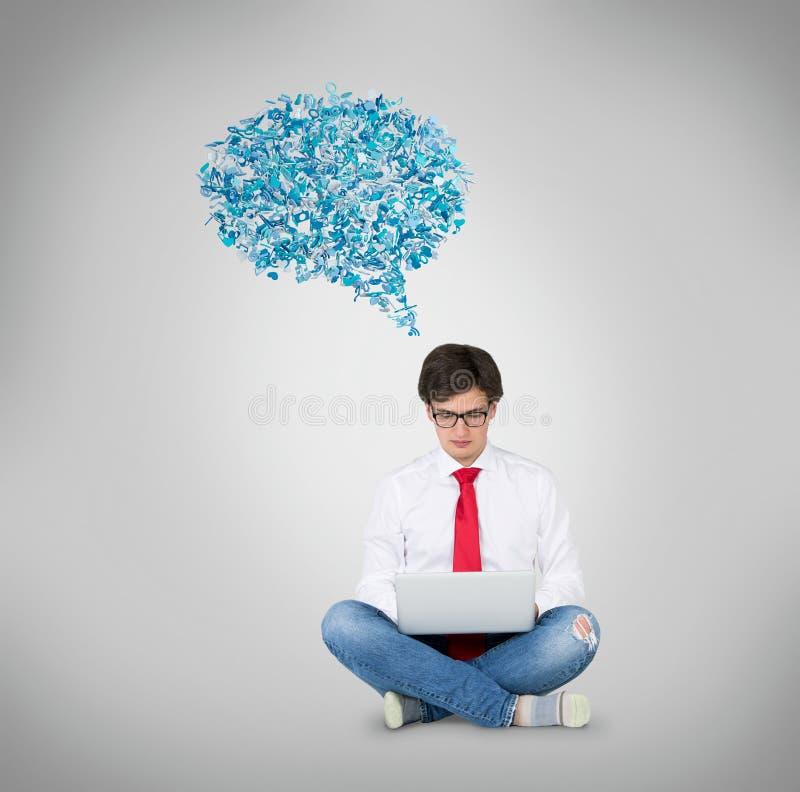 Άτομα που κάθονται με τον υπολογιστή στοκ εικόνα