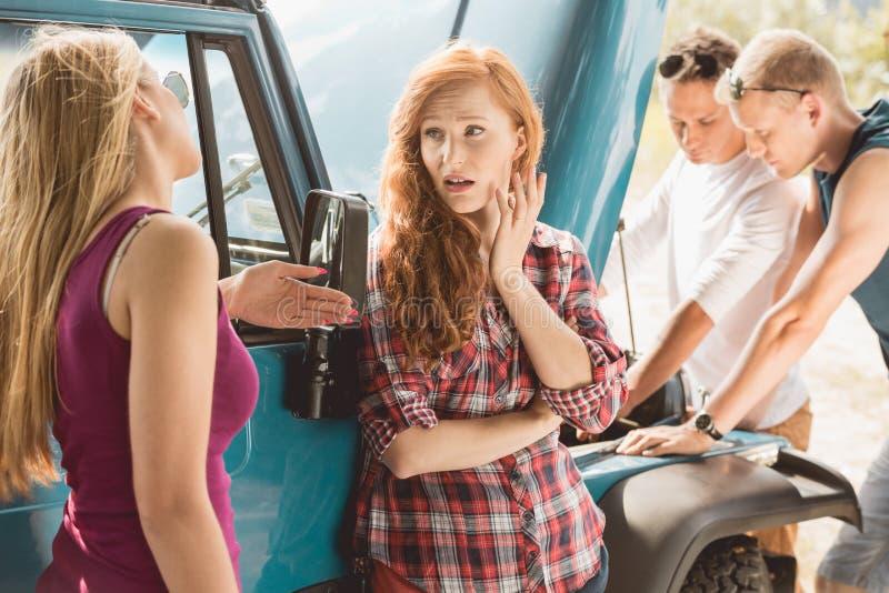 Άτομα που καθορίζουν τη δυσλειτουργία αυτοκινήτων στοκ φωτογραφία με δικαίωμα ελεύθερης χρήσης