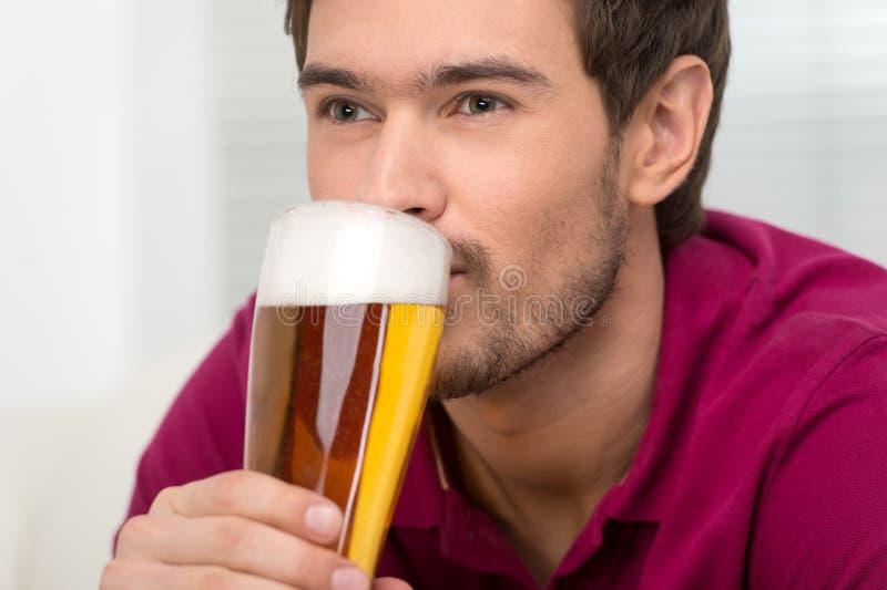 Άτομα που πίνουν την μπύρα. Πορτρέτο των όμορφων νεαρών άνδρων που πίνουν την μπύρα στοκ φωτογραφία με δικαίωμα ελεύθερης χρήσης