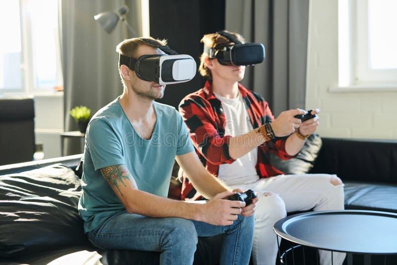 Άτομα που παίζουν στο εικονικό τηλεοπτικό παιχνίδι στοκ φωτογραφία με δικαίωμα ελεύθερης χρήσης