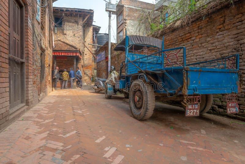 Άτομα που παίζουν τις κάρτες και το παλαιό μπλε φορτηγό στοκ φωτογραφία