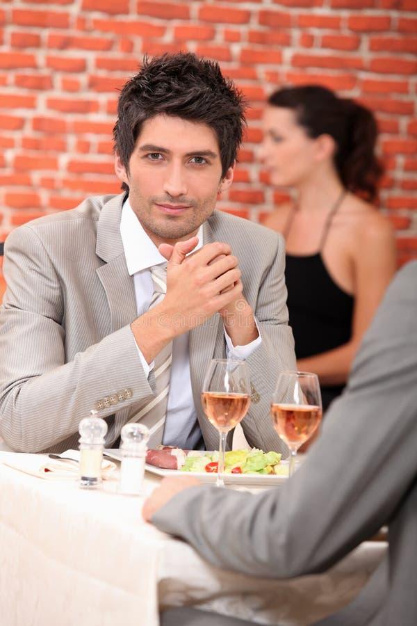 Άτομα που σε ένα εστιατόριο στοκ εικόνες με δικαίωμα ελεύθερης χρήσης