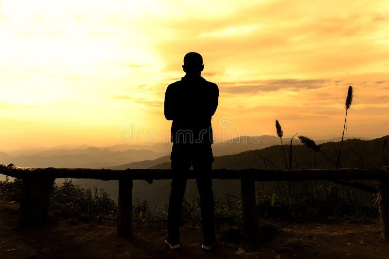 Άτομα σκιαγραφιών που στέκονται πίσω στο σημείο άποψης το βράδυ στοκ φωτογραφία με δικαίωμα ελεύθερης χρήσης