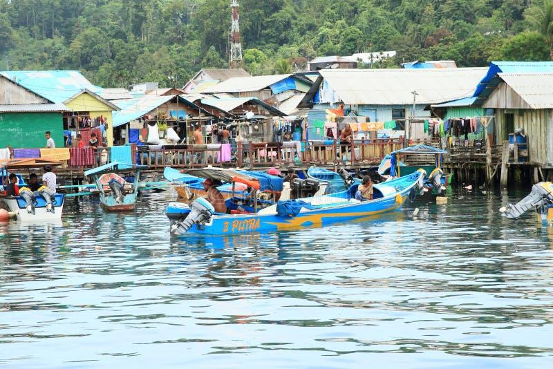 Άτομα στη δεμένη βάρκα από το χωριό ψαράδων σε Manokwari στοκ φωτογραφία με δικαίωμα ελεύθερης χρήσης